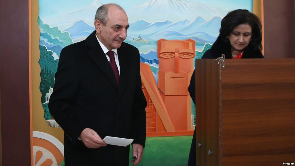 Bako and Mrs. Sahakyan vote in Mar. 2017 referendum. Photolur.