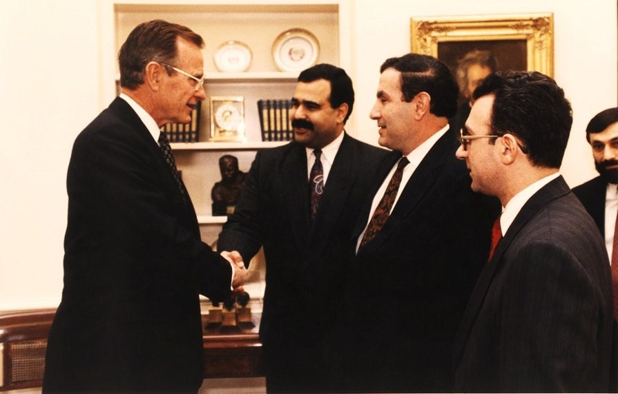 Presidents Bush and Ter-Petrosyan, flanked by foreign minister Raffi Hovannisian and Ruben Adalian of the Armenian Assembly of America, meeting in the White House on November 14, 1991. Image courtesy of ACNIS.am.