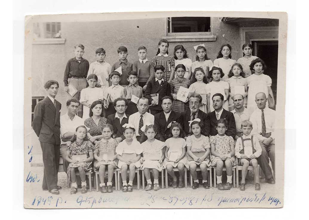 Stella Bekarian's class photograph, Funkerkaserne, Germany, 1948 (From Stella Bekarian's collection)